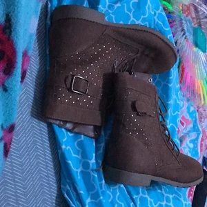 Brown boots with stars